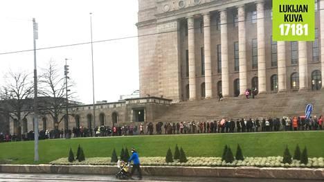 Puoliltapäivin lauantaina jono Eduskuntataloon ulottui kulman taakse, lähes Luonnontieteelliselle museolle asti.