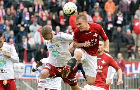 HIFK:n avausmaalin tehnyt Pauli Kuusijärvi (oik.) taistelussa Jazzin Jussi Välilän kanssa.