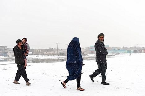 Afganistanin pääkaupungin Kabulin asukkaita kävelemässä Bala Hissarin linnoituksen lähellä sen jälkeen, kun ensilumi oli satanut tammikuun alussa.