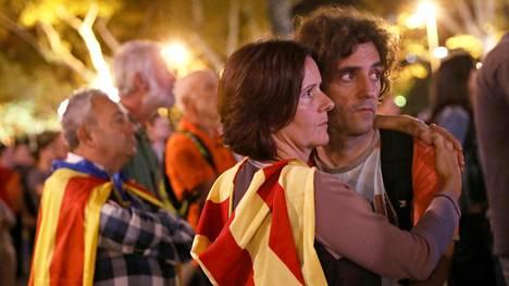 Ihmiset seurasivat lähetystä alueparlamentista Barcelonassa tiistai-iltana.