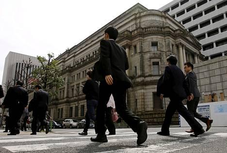 Liikemiehiä Japanin keskuspankin päärakennuksen luona Tokiossa.