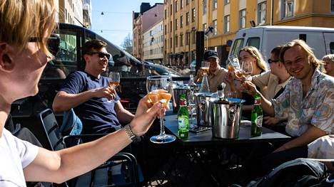 Iloinen seurue nautti keskiviikkona kesästä Bar 10:n terassilla.