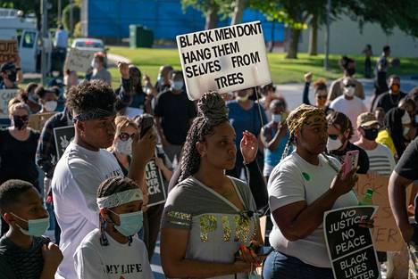 Mielenosoittajat vaativat hirttäytyneen mustan miehen kuoleman tutkimista uudelleen Lancasterissa Kaliforniassa viime perjantaina