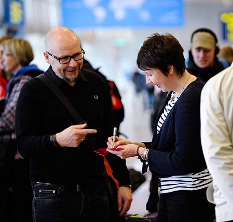"""Helsinki-Vantaan lentoasema, torstaina kello 11.45. Asemalla riittää kuhinaa. Erja ja Petri Gustafssonin matkanteko on alkanut varhain torstaiaamuna, kun junakyyti lähti kohti etelää kotikaupungista Kokkolasta. Kohteena on Espanjan Barcelona, jossa juhlitaan Petrin syntymäpäiviä. Tämä pääsiäinen on pariskunnalle poikkeuksellinen, sillä yleensä pariskunta on viettänyt sen kotona lastensa kanssa. """"Nyt he ovat jo sen ikäisiä, etteivät kaipaa pääsiäisperinteitä"""", Erja Gustafsson kertoo."""