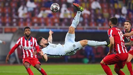 Olivier Giroud teki komean saksipotkumaalin, kun Chelsea kaatoi Atlético Madridin Romanian Bukarestissa.