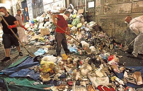 Napolin kaduilla oli kesällä 2011 tuhansia tonneja jätteitä. Jo tuolloin asukkaat olivat tilanteesta raivoissaan ja protestoivat asioiden parantamiseksi.