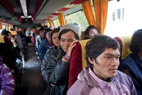 Sotkamolaisen marjayrittäjän kanssa riitautuneet noin 50 thaimaalaista marjanpoimijaa viettivät keskiviikkoiltapäivän Suolahden työväentalolla Äänekoskella. Sieltä heidän matkansa jatkui bussilla lähistöllä sijaitsevaan majapaikkaan.