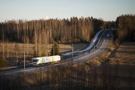 Neste oy:n polttoainekuljetuksia Porvoon tuotantolaitoksen liepeiltä Nesteentiellä vuonna 2020.
