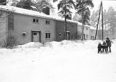 Samaan aikaan Jaakkimantien rintamamiestalojen talojen kanssa SOK rakennutti Laajalahteen kolme rivitaloa: kaksi Kirvuntielle ja yhden silloiselle Pyhäjärventielle. Kuvassa on Pyhäjärventien rivitalo, jonka SOK purki kerrostalon tieltä. Kuva on vuodelta 1974.