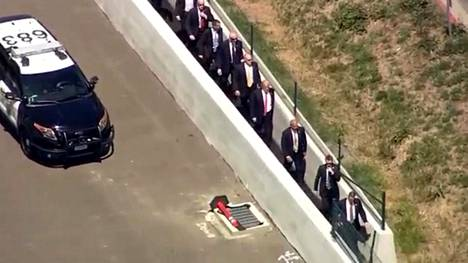 Teitä tukkineet mielenosoittajat pakottivat Donald Trumpin avustajineen ja turvamiehineen kävelemään kiertotietä hotellille.