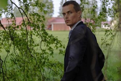 Kaikki Synnit -sarjan ensimmäisen kauden päähenkilöä Lauri Räihää näyttelee Johannes Holopainen.