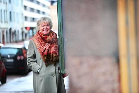 """""""Kom-teatteri oli varsinainen teatterikouluni"""", Marja Packalén kertoo teatterin edessä Helsingin Kapteeninkadulla. Hän näytteli Komissa yli kolmekymmentä vuotta."""