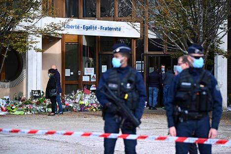Pollisit vartioivat Pariisin luoteispuolella sijaitsevaa Bois d'Aulne -koulua viime vuoden lokakuussa opettaja Samuel Patyn murhan jälkeen.