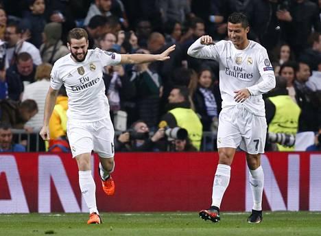 Nacho Fernandez (vas.) juhli maaliaan Cristiano Ronaldon kanssa.