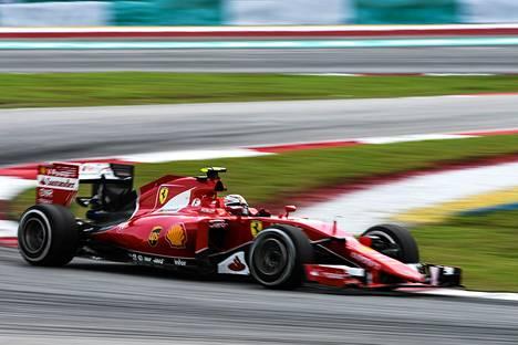Kimi Räikkönen nousi neljäneksi rengasrikosta huolimatta.