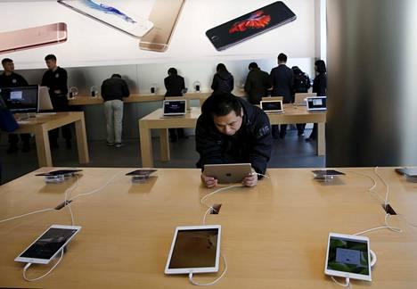 Mies kokeili iPadia Applen kaupassa Pekingissä viime marraskuussa.