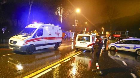 Ambulanssit saapuivat yökerhon luokse Istanbulissa.