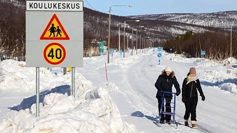 Helsinkiläiset Elle Oksanen (vas.) ja Vilja Varis lähtivät vaihtoon Utsjoen Saamelaislukioon.