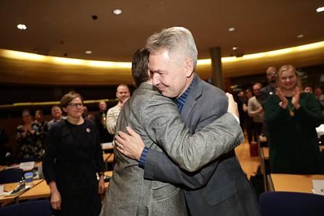 Vihreiden entinen puheenjohtaja Ville Niinistö halasi Pekka Haavistoa äänestystuloksen ratkettua.