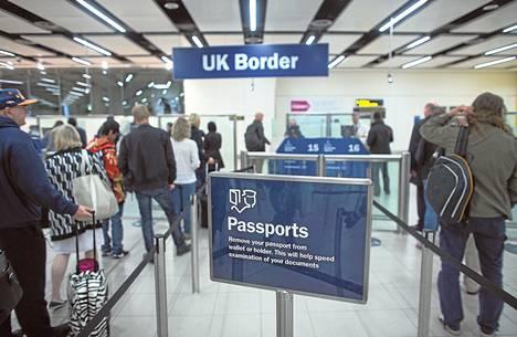 Suurin osa briteistä haluaisi vähentää maahanmuuttajien määrää. Tulijoiden passeja tarkastetaan muun muassa Gatwickin lentokentällä Lontoossa.