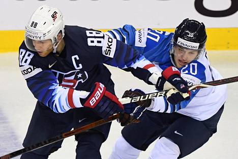 Patrick Kane ja Niko Ojamäki kamppailevat.