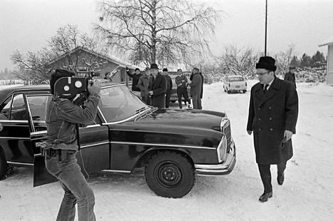 Kamera seuraa, kun Ahti Karjalainen poistuu tupaillasta.