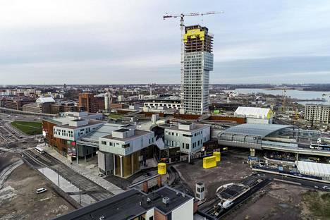Kalasataman 35-kerroksen tornitalon ulkomuoto on aiheuttanut kritiikkiä. Valkoiseksi mainostettu talo näytti marraskuun alussa yhä harmaalta.