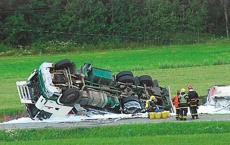 Kaatuneesta säiliöautosta valui polttoainetta Pyhärannassa
