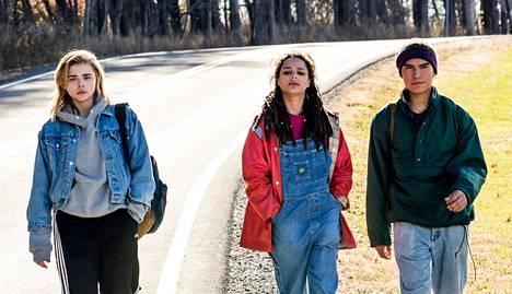 Chloë Grace Moretz (vas.) esittää nuorta, johon eheytysleirin toiminta ei tehoa.