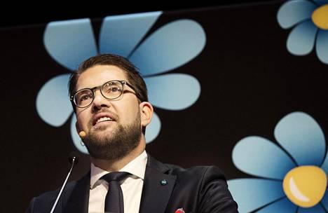 Ruotsidemokraattien puheenjohtaja Jimmie Åkesson puoluekokouksessa vuonna 2017.