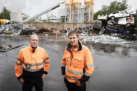 Toimitusjohtaja Toni Keinänen (oik.) ja ympäristöjohtaja Marko Walavaara esittelivät romupihan toimintaa.