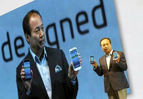 Samsungin matkapuhelinosaston johtaja JK Shin esitteli uutta Galaxy S III -puhelinta Etelä-Korean pääkaupungissa Soulissa kesäkuun lopussa.