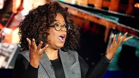 Oprah Winfrey on tehnyt vuosikymmenien ajan näkyvimmät avautusmishaastattelut Yhdysvalloissa. Kuva tv-kuvauksista vuodelta 2019.