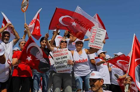 Opposition mielenosoituksessa heiluteltiin Turkin lippuja Istanbulissa sunnuntaina.