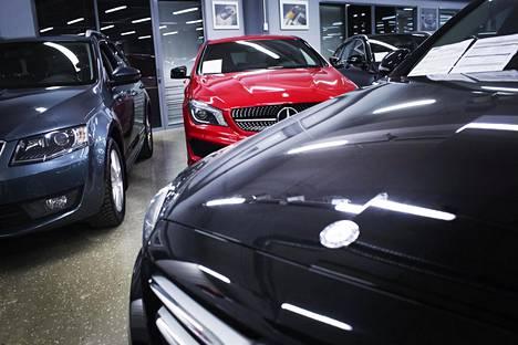 Henkilöautojen ensirekisteröinnit vähenevät Suomessa.