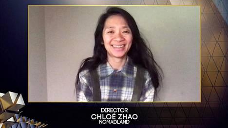 Ohjaaja Chloé Zhao otti vastaan Bafta-palkinnon etänä järjestetyssä gaalassa.