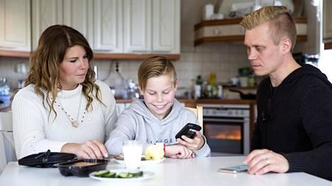 Seurantalaitteiston ansiosta vanhemmat ovat kartalla Tiituksen voinnista, vaikka tämä olisi esimerkiksi yökylässä.