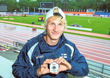 Pataässä on korttitempuista pitävän Samuli Samuelssonin lempikortti. Pakka on miehellä mukana repussa myös kisoissa.