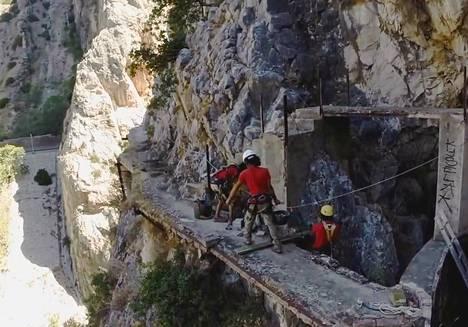 Uusittu Caminito del Rey avataan pian. Kuvakaappaus korjaustöitä esittelevästä Youtube-videosta.