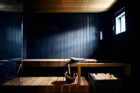 Kohteessa 38 on sävyiltään tumma sauna.