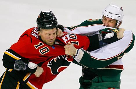 Derek Boogaard (oik.) otti yhteen Calgary Flamesin Brian McGrattanin kanssa kesken NHL-ottelun Calgaryssa joulukuussa 2009.