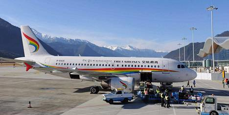 Tiibetiläisen Tibet Airlinesin matkustajakone Nyingchin lentokentällä joulukuussa 2016. Nykyisin vuonna 2010 perustetulla lentoyhtiöllä on 32 Airbus-merkkistä konetta.