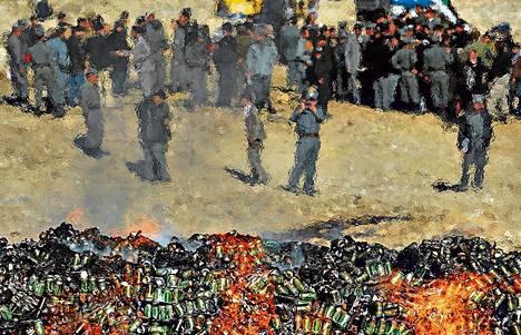 Viranomaiset polttivat huumeita ja alkoholia tiistaina Kabulissa.