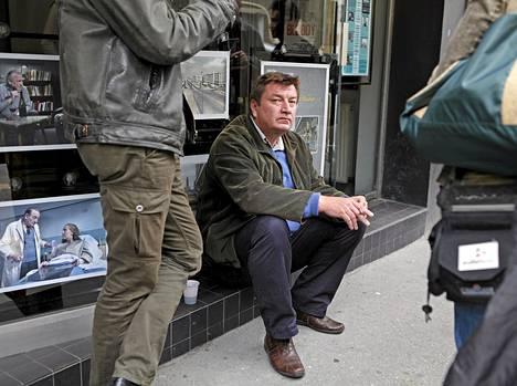 Aki Kaurismäki elokuvateatterin edessä Le Havressa.