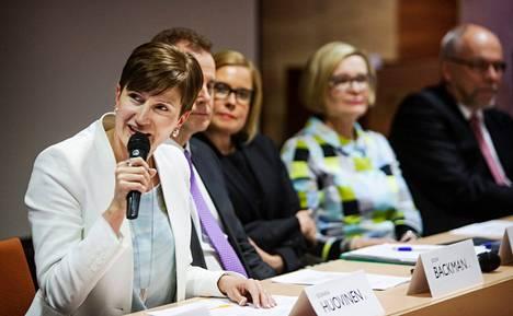 Peruspalveluministeri Susanna Huovinen (sd, vasemmalla) korosti, että vahvat sote-alueet pystyvät turvaamaan palvelut paremmin kuin nykyiset noin 200 järjestäjätahoa. Tiedotustilaisuudessa olivat myös eduskuntaryhmän puheenjohtaja Jouni Backman (sd), sosiaali- ja terveysministeri Laura Räty (kok), kunta- ja liikenneministeri Paula Risikko (kok) ja kansanedustaja Erkki Virtanen (vas).