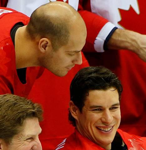 Ryan Getzlaf tutkii Sidney Crosbyn hiuksia.