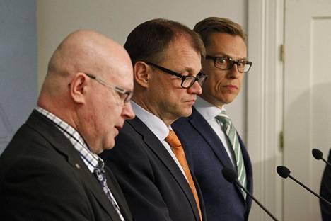 Oikeus- ja työministeri Jari Lindström, pääministeri Juha Sipilä ja valtiovarainministeri Alexander Stubb esittelivät pakkolait syyskuun lopulla.