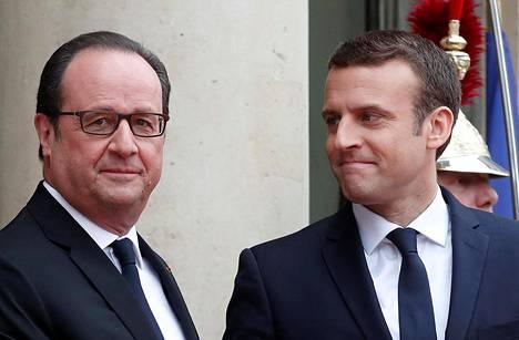 François Hollande (vas.) luovutti vallan sunnuntaina Emmanuel Macronille.