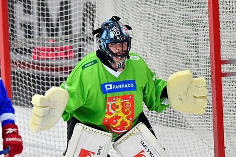 Kimmo Kyllösen hanskat herättivät huomiota Ruotsi-ottelussa.