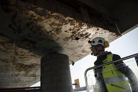 Työnjohtaja Otto Översti tarkasteli Lauttasaaren sillan ruostunutta pohjaa viime vuoden syyskuussa.